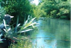 Pescador aguas abajo de Toral de Los Vados